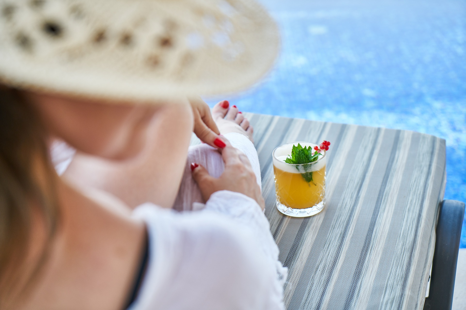 Mujer disfrutando de sus vacaciones en un hotel