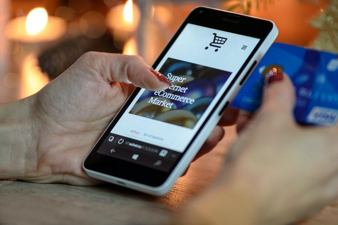 Persona comprando en internet a través de su celular.