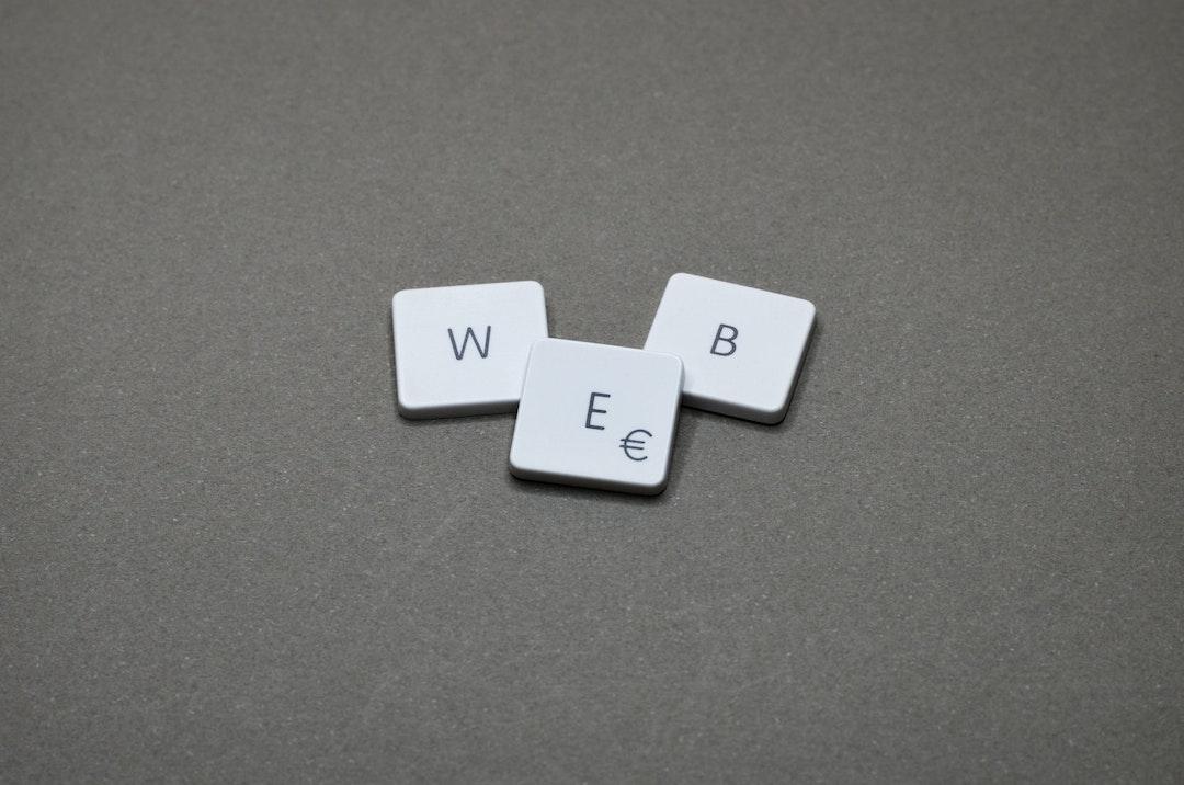 """Palabra """"web"""" hecha con las teclas de una computadora."""