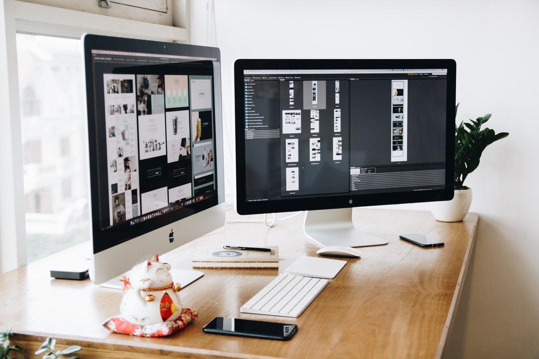 Dos computadoras con softwares de diseño.
