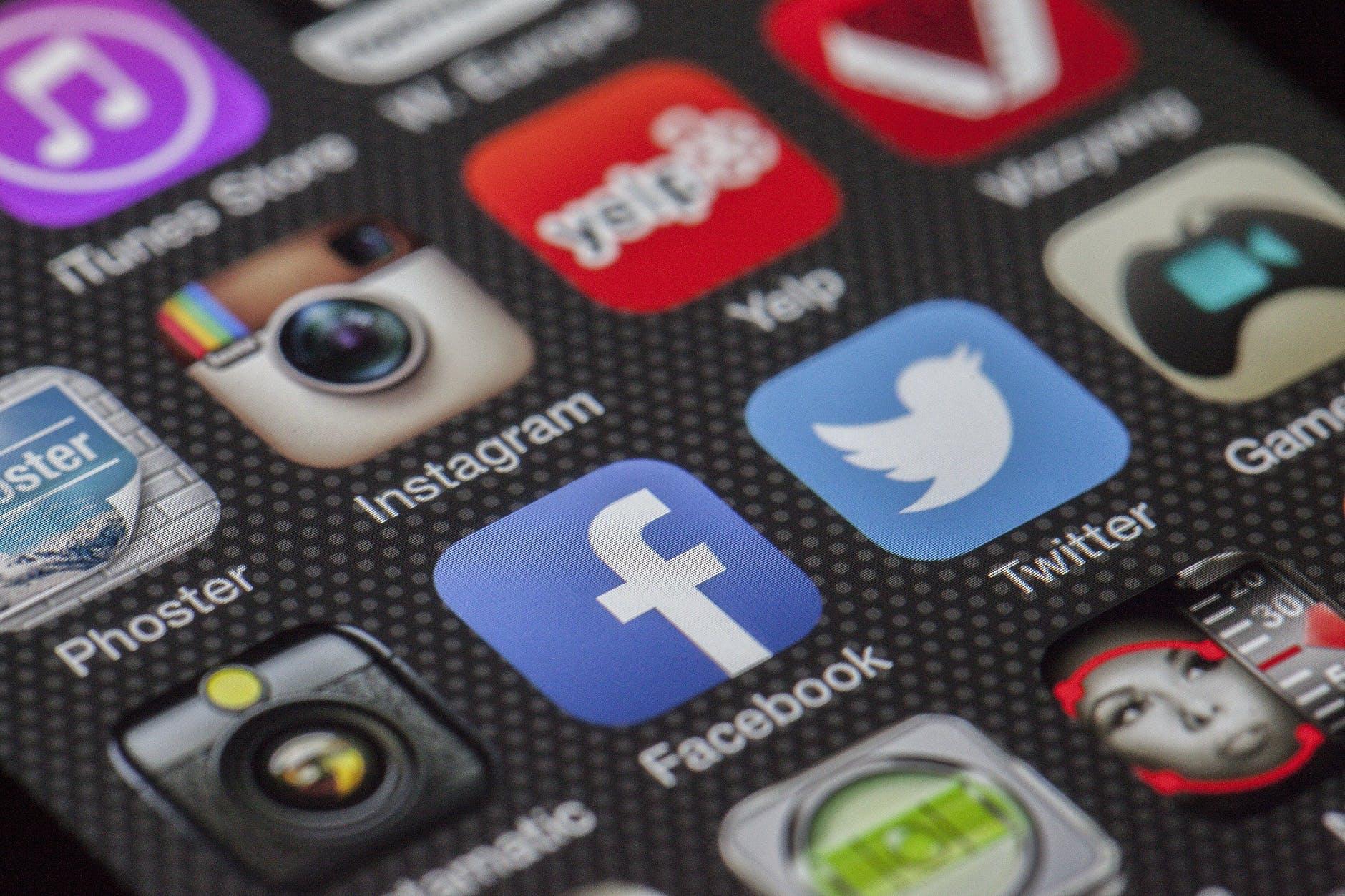 Pantalla de celular con apps.