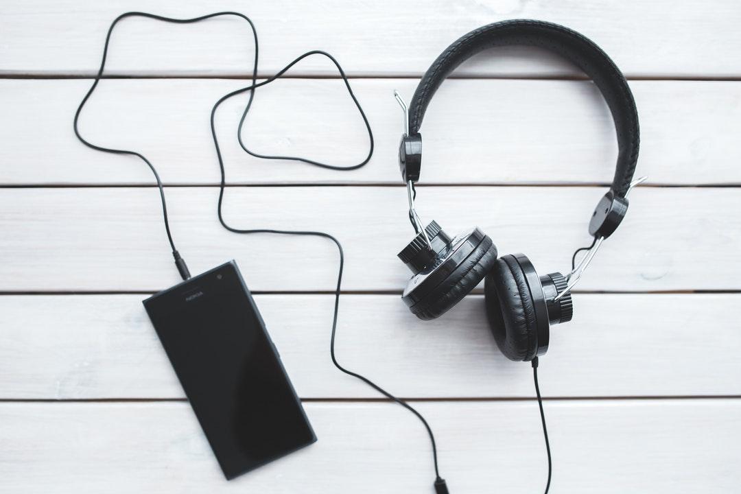 Smartphone con audífonos.