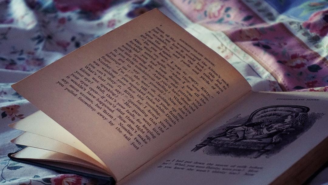 Libro con el cuento de Alicia en el país de las maravillas.