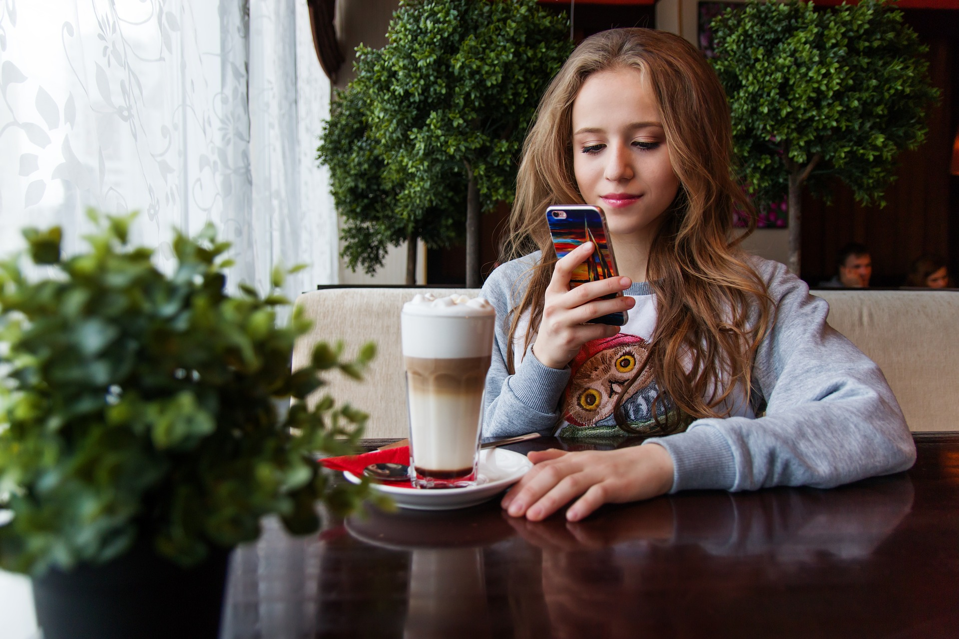 influencer tomando una foto del café