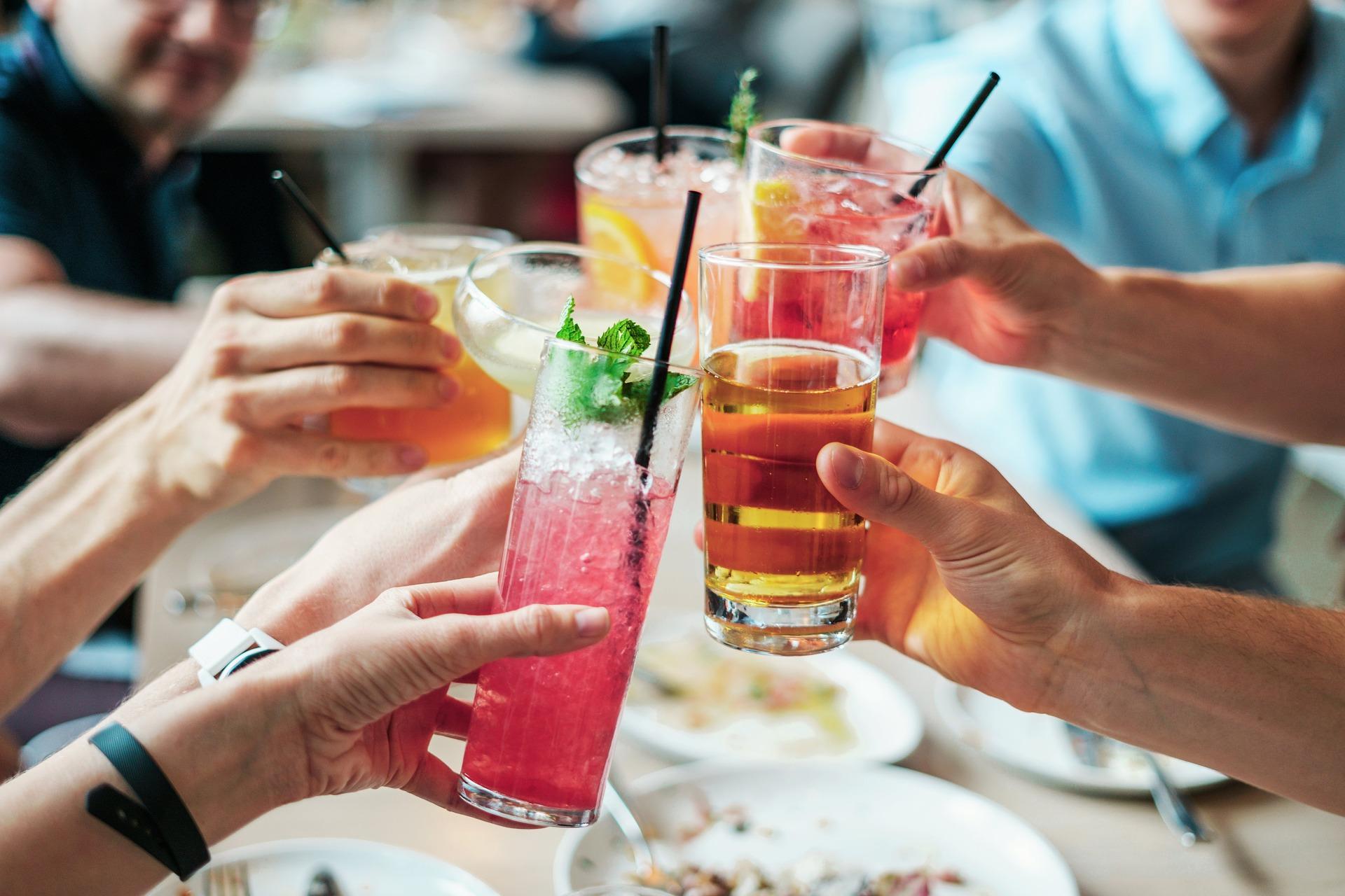 brindando con amigos en un restaurante