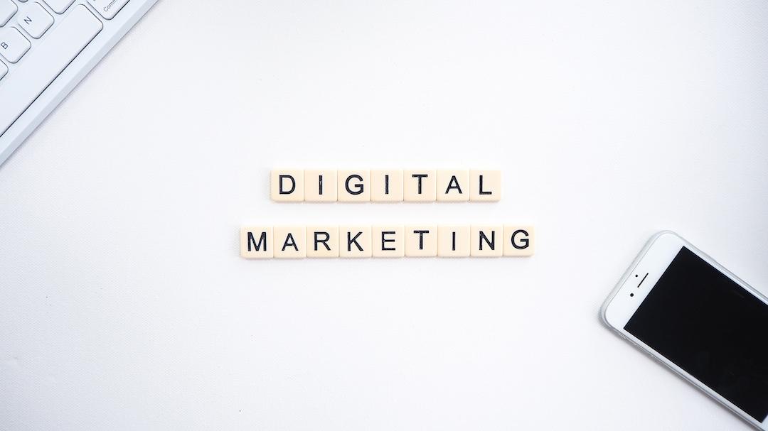 """Letras de plástico que dicen """"digital marketing""""."""