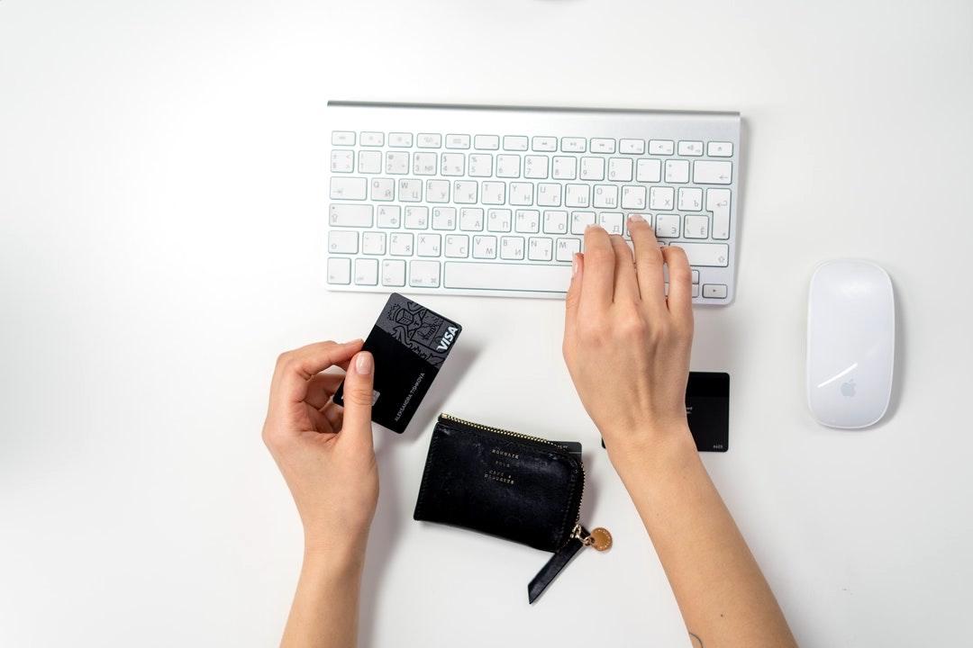 Persona haciendo compra online.