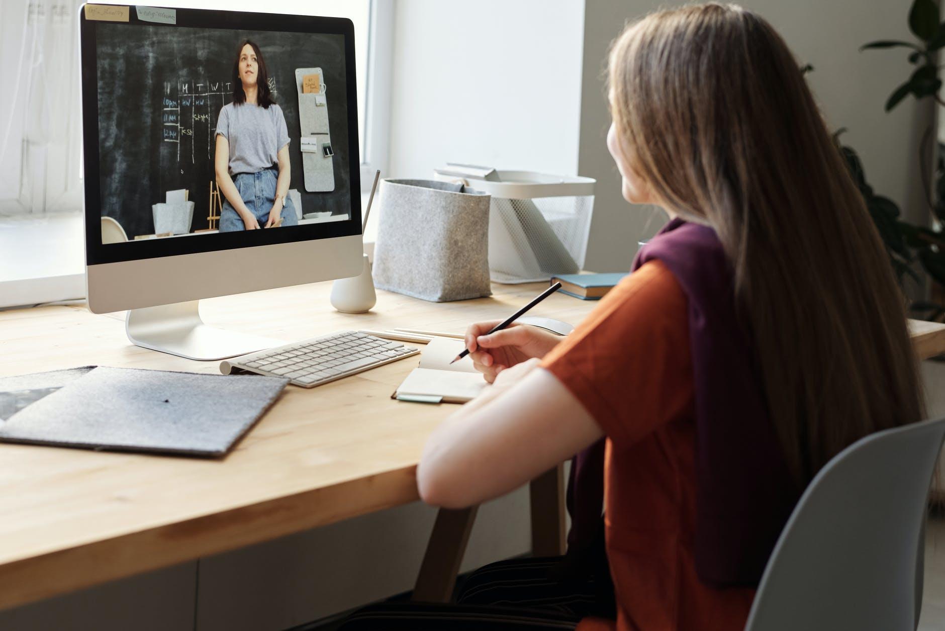 Mujer tomando curso online