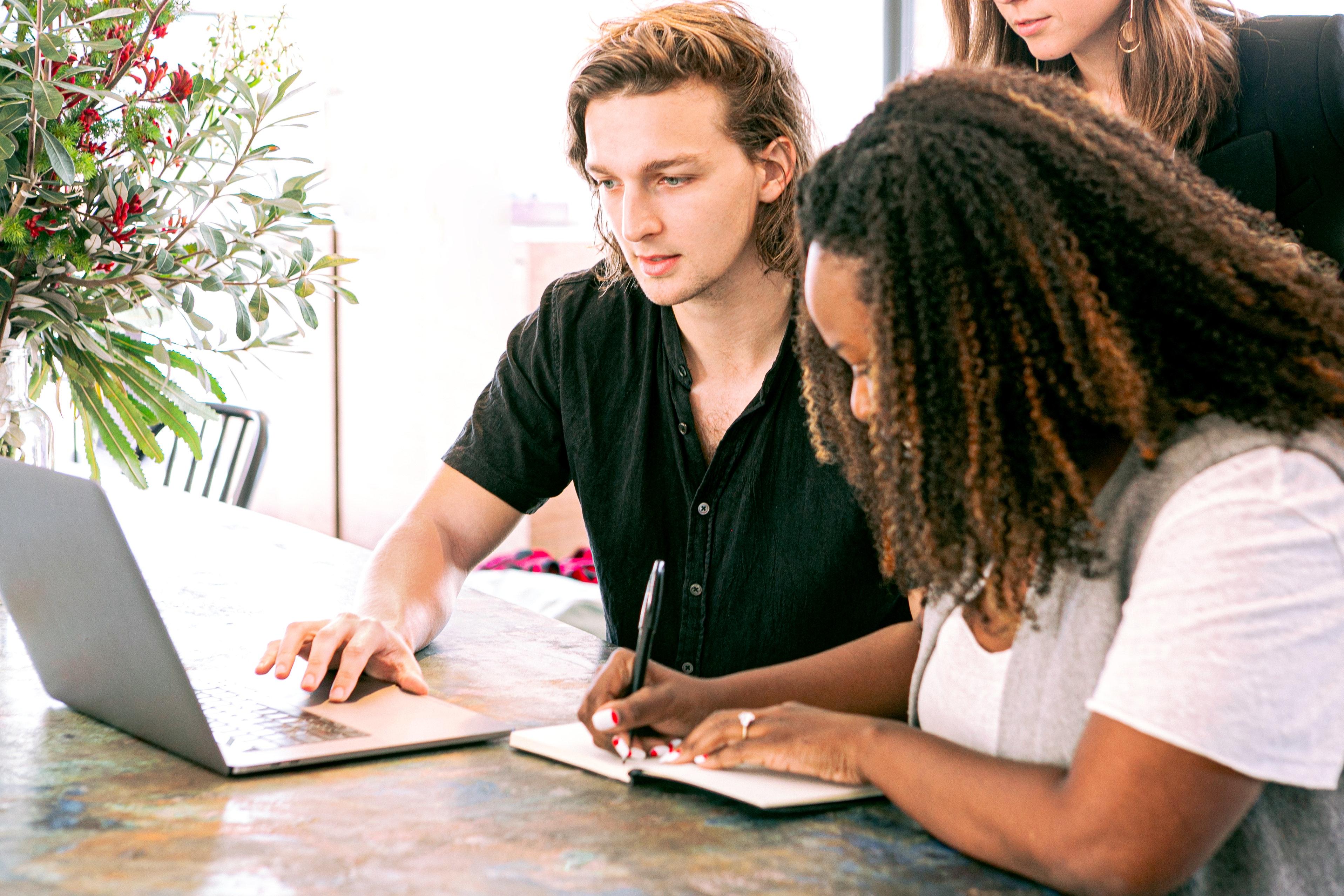 trabajo en equipo para desarrollar un plan de marketing