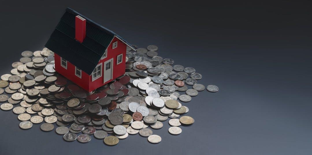 Casa sobre monedas. Ganancias por vender una casa