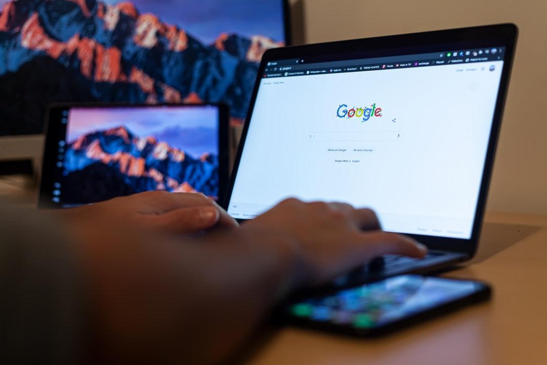Computadora que muestra la página de Google.