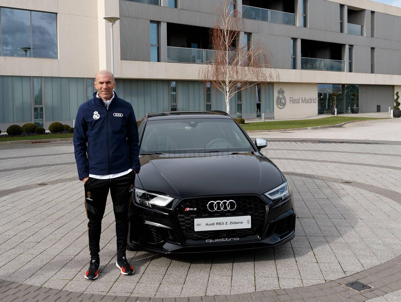 Zinedine Zidane del Real Madrid junto a auto patrocinado por Audi
