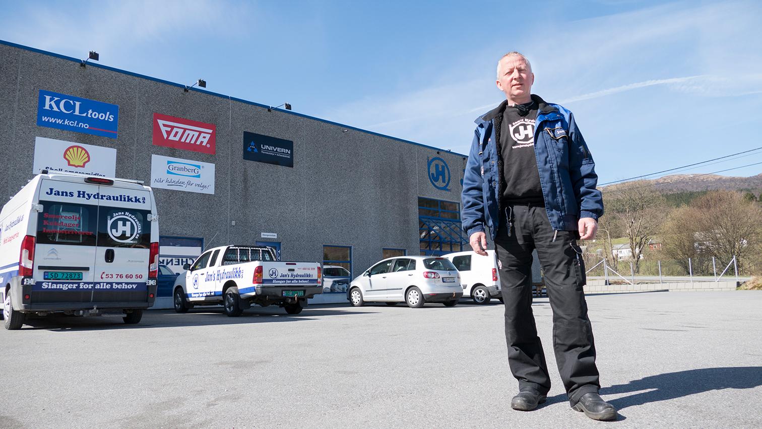 Bilete av Jan Hegerland foran Jans Hydraulikk butikk.