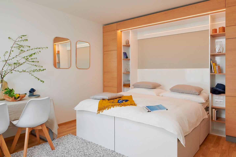 sklopná postel integrovaná do nábytkové stěny  - strizkov.apartments