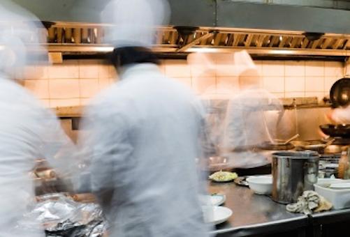 Ex sous chef demanda por el pago de horas extras