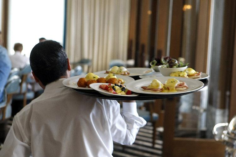 """""""Mejor Restaurante en los Estados Unidos"""" Demandado por Violaciones de Pago de Salarios y Robo de Propinas"""