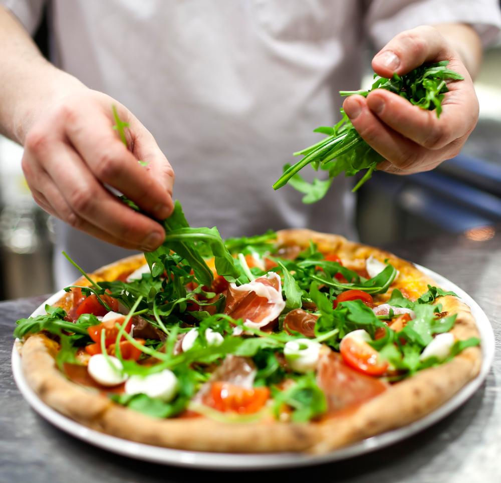 Pizzería de Long Island Resuelve Demanda por Robo de Salarios por $94,500