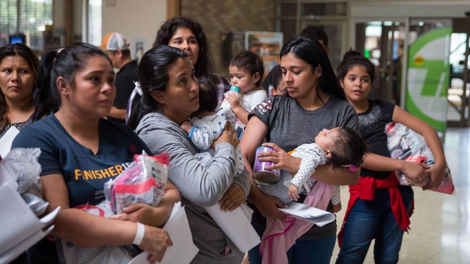 imagen de madres cargando a sus bebes.