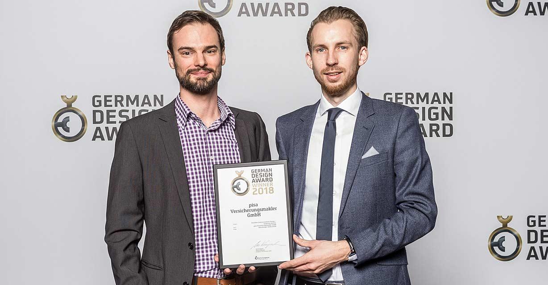 Simon Eberhardt und Benjamin Burkard nehmen für ideenhunger media GmbH den German Design Award 2018 entgegen