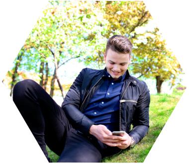 Bilde av en mann som styrer varme og lys via en mobilapp