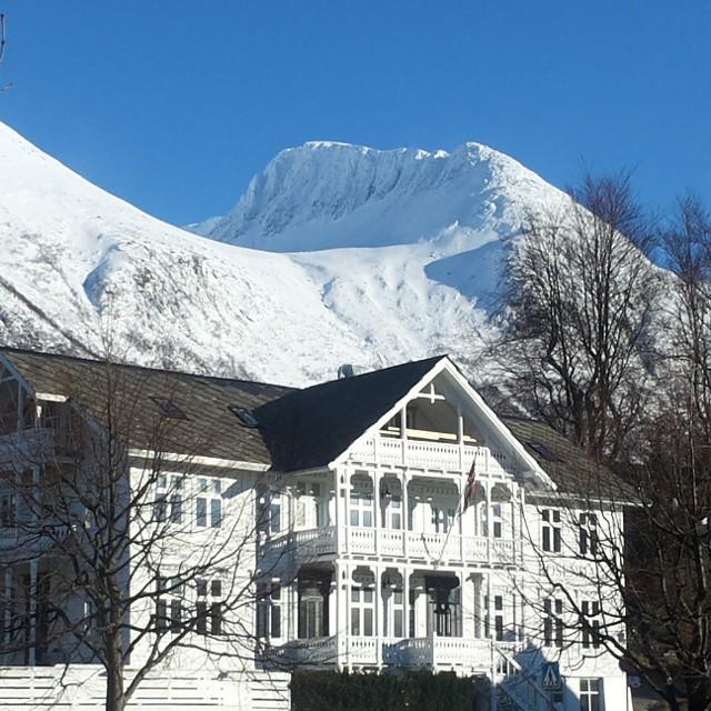 Overnatting et sted mellom fjord, fjell og isbreer