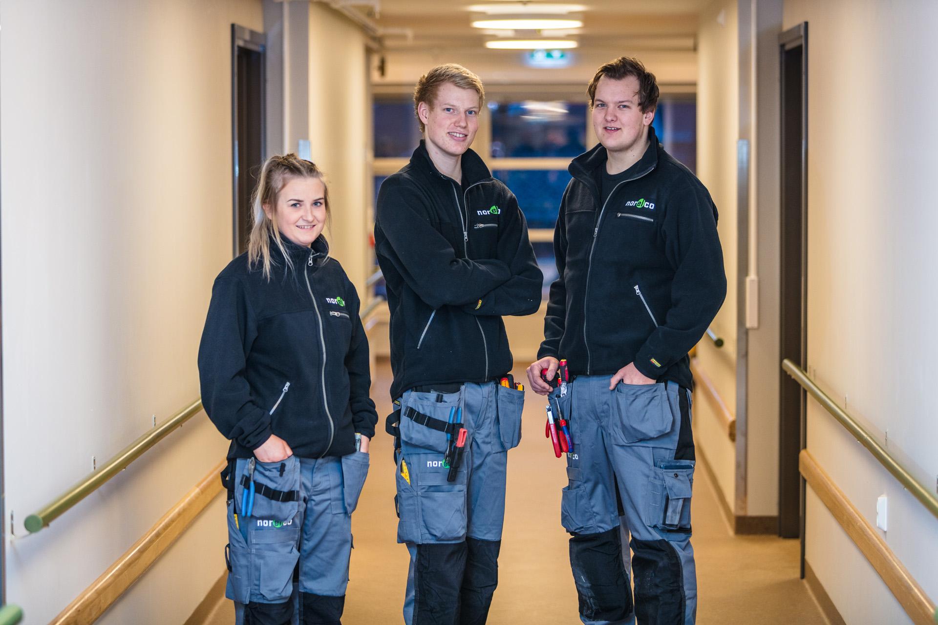 Bilde av tre Norelco ansatte på jobb.