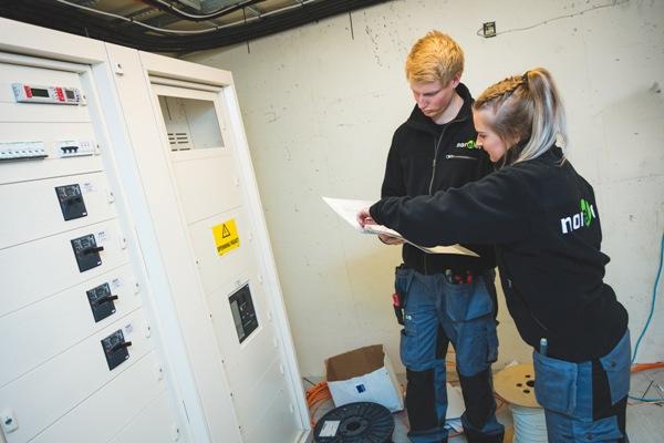 Bilde av to Norelco ansatte på jobb.
