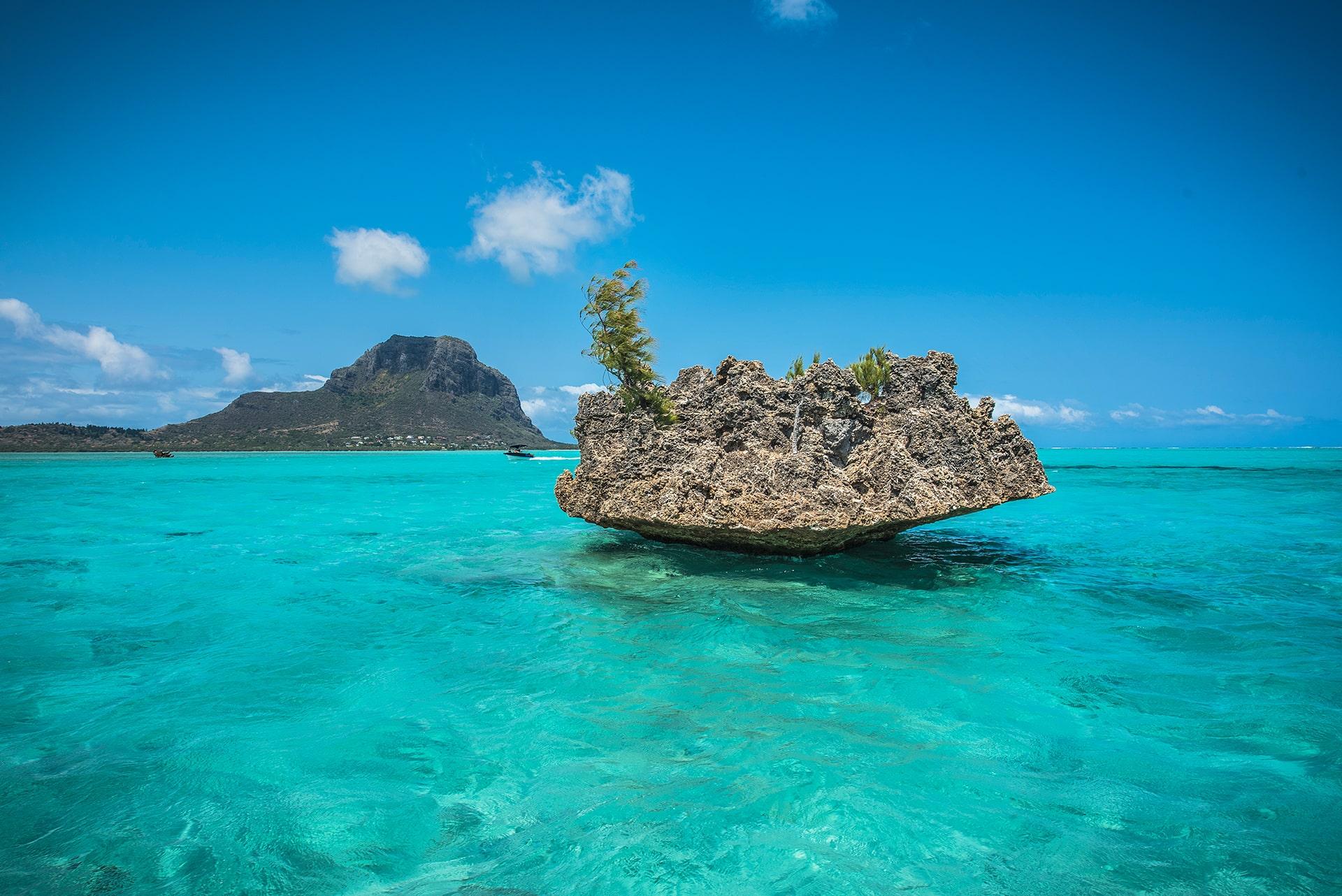Le rocher de cristal, Le Morne- Le duo de choc ! L'île Maurice et l'île de la Réunion - Suivre sa Joie - Saskia Parein