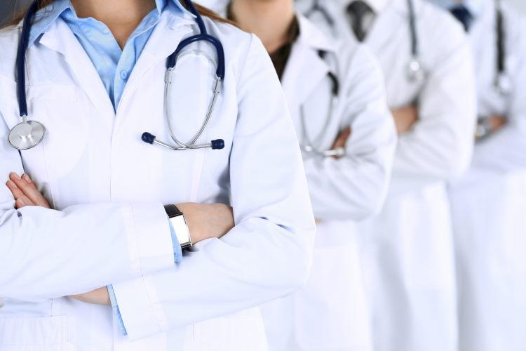 Un médecin-conseil délivre un avis objectif et indépendant sur l'état de santé d'un emprunteur à la compagnie d'assurance.