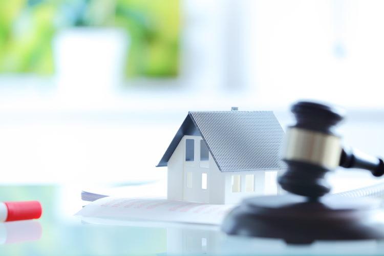 En 2001, la Loi MURCEF interdit la vente liée d'un crédit immobilier et d'une assurance emprunteur.