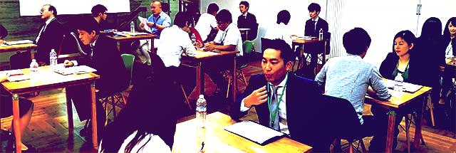 1対1でトップ企業の社員と学生が対話している風景
