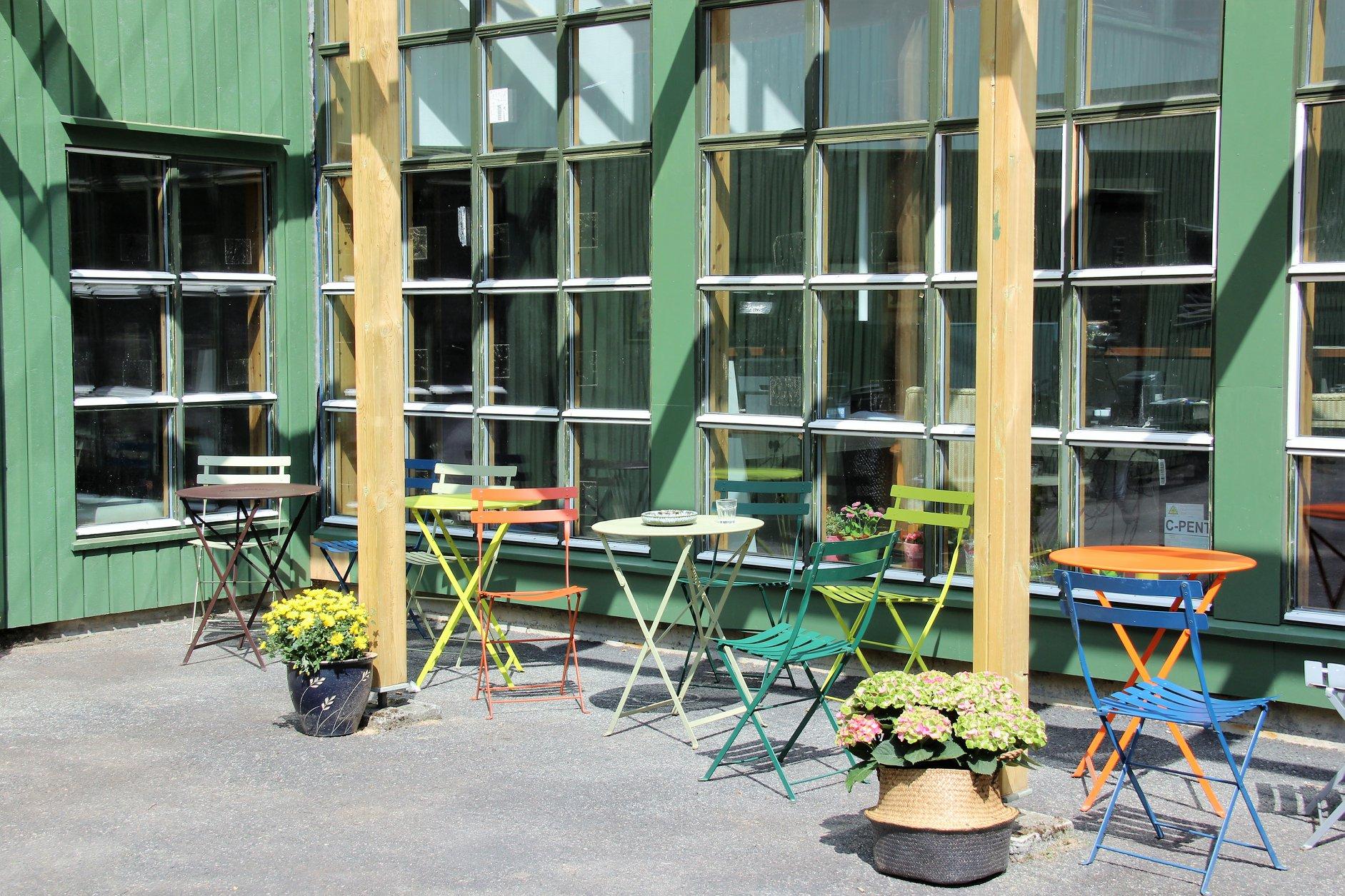 Bilde av bord og stolar utanfor bygget