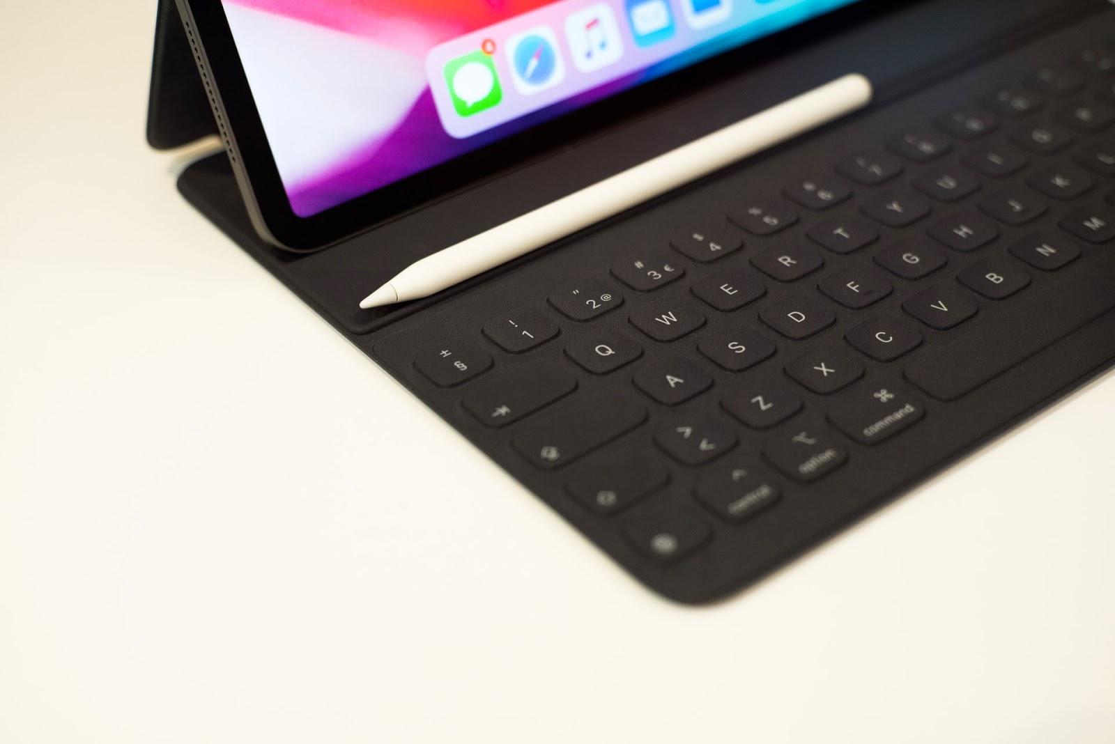 apple pencil resting on ipad keyboard