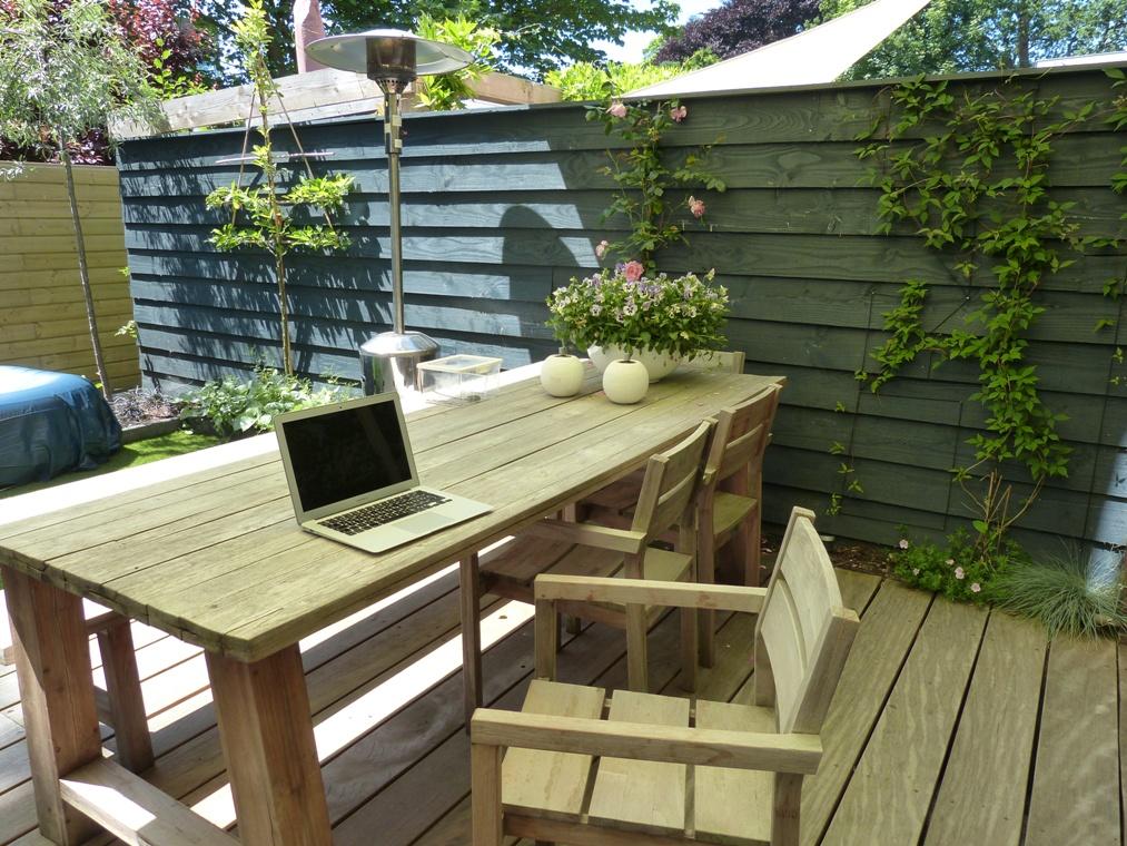 Op zomerse dagen verhuist de werkplek naar de tuintafel.