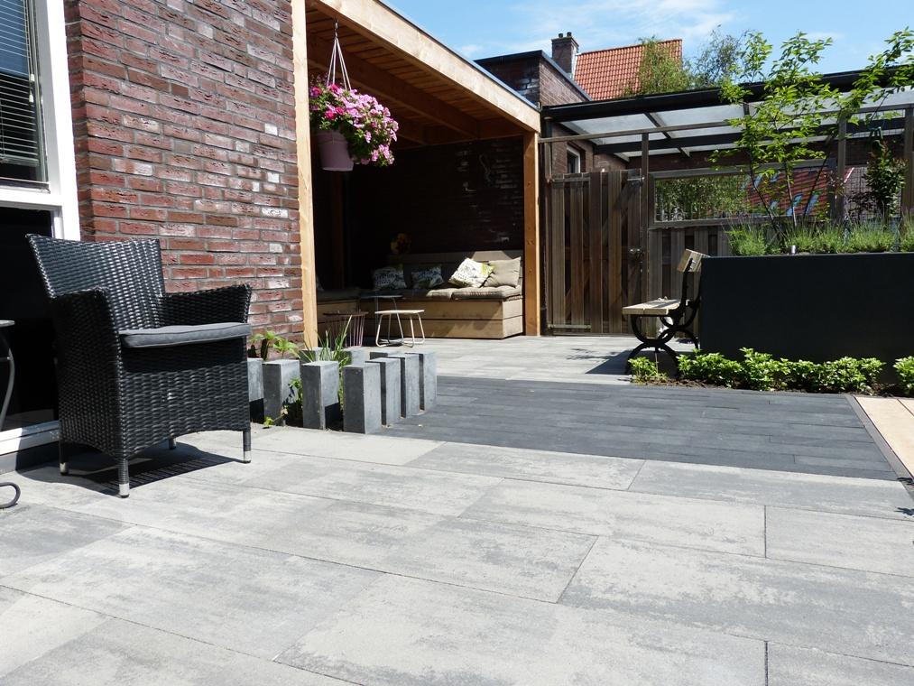 Verticaal geplaatste betonnen stapel elementen geven een speels en toch strak effect aan de border.