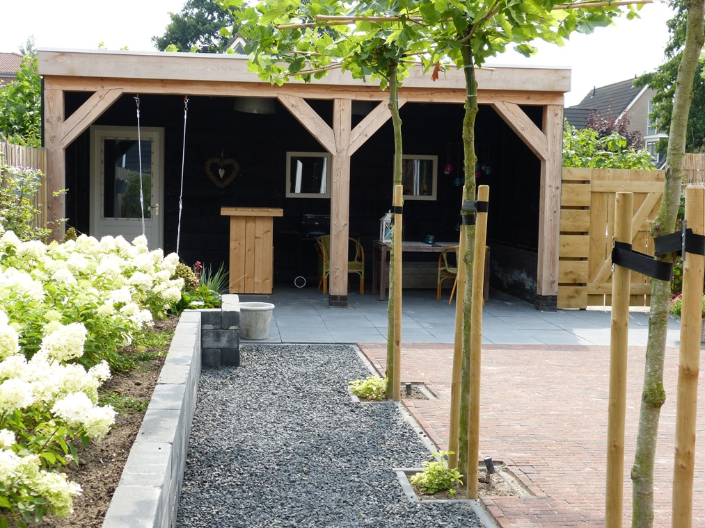 Een moderne tuin met een landelijke look in Stompetoren