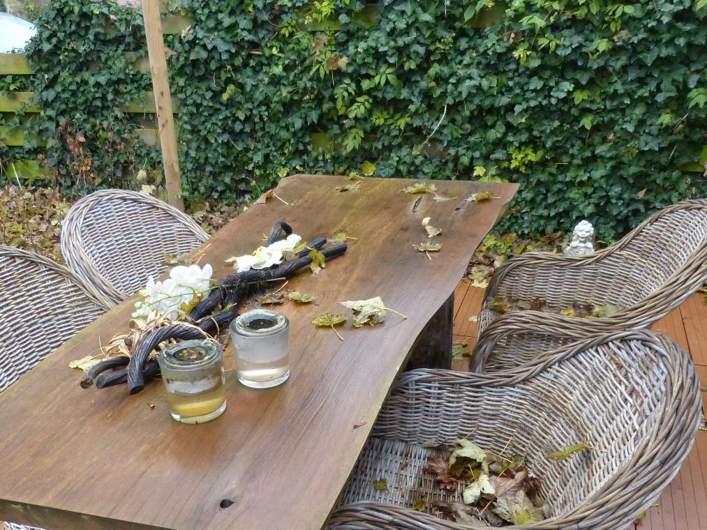 Voor de keuken ligt een terras met een eettafel.