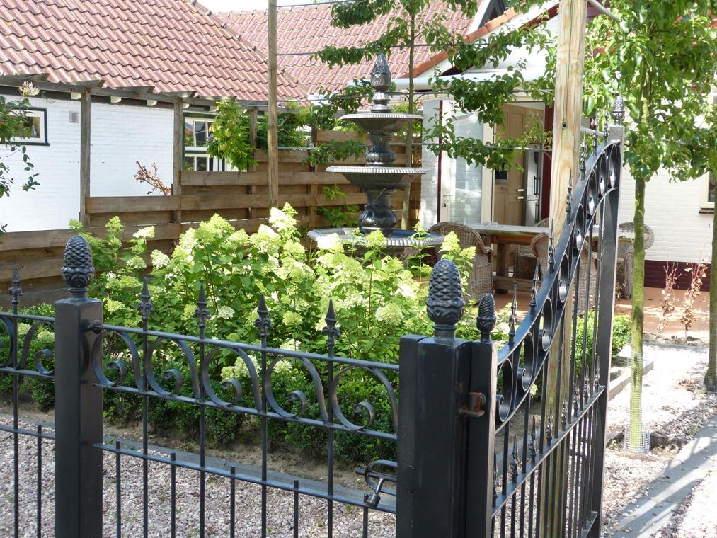 In de zomer straalt de beplanting van pluim hortensia's en lei bomen luxe uit.