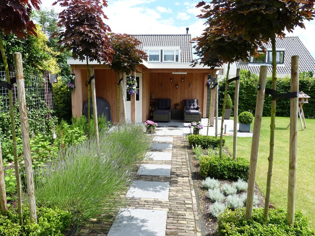 Het pad nodigt uit om plaat te nemen op de ligbedden onder de veranda.