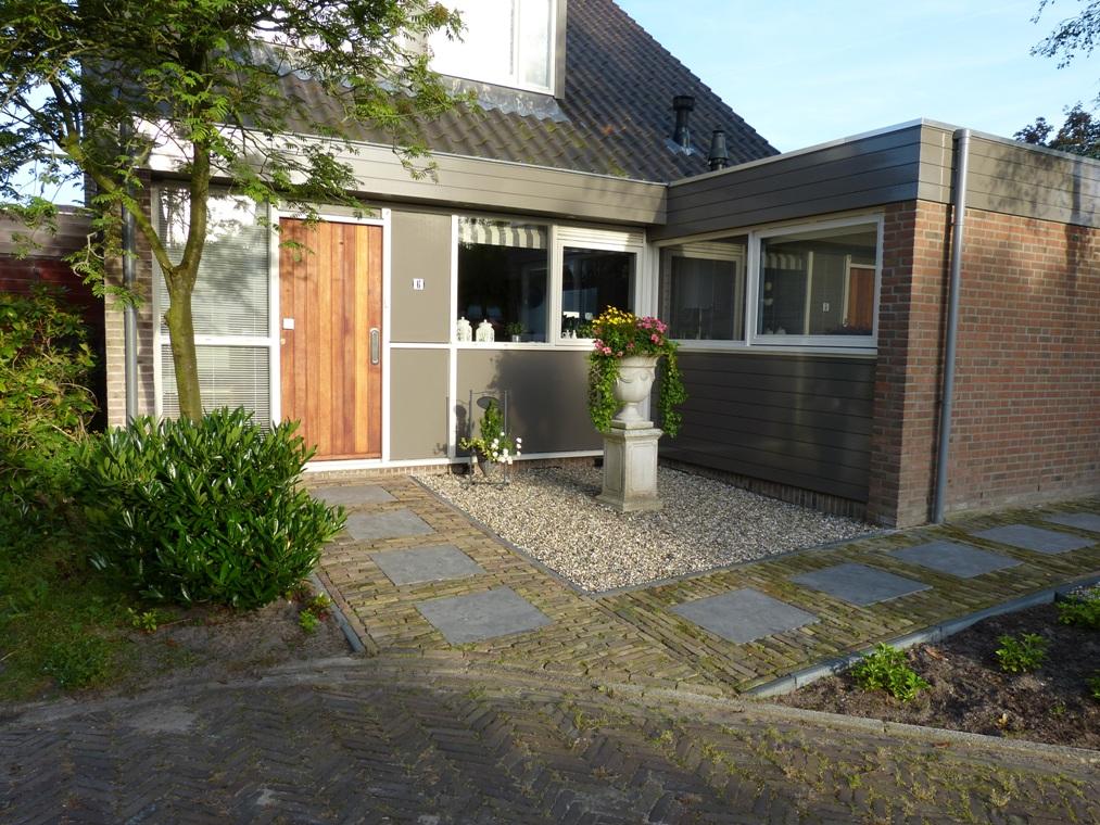 Door het patroon van stapstenen is duidelijk aangegeven waar de voordeur zich bevindt.