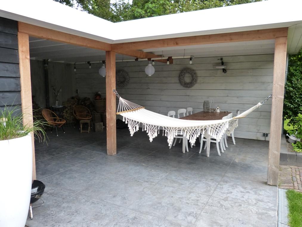De hangmat onder de veranda is een favoriet plekje in de tuin.
