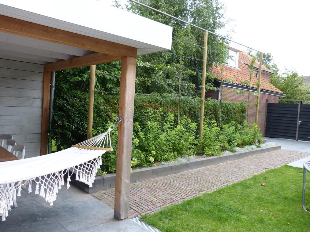 Het klinkerpad verbindt de twee terrassen met elkaar.