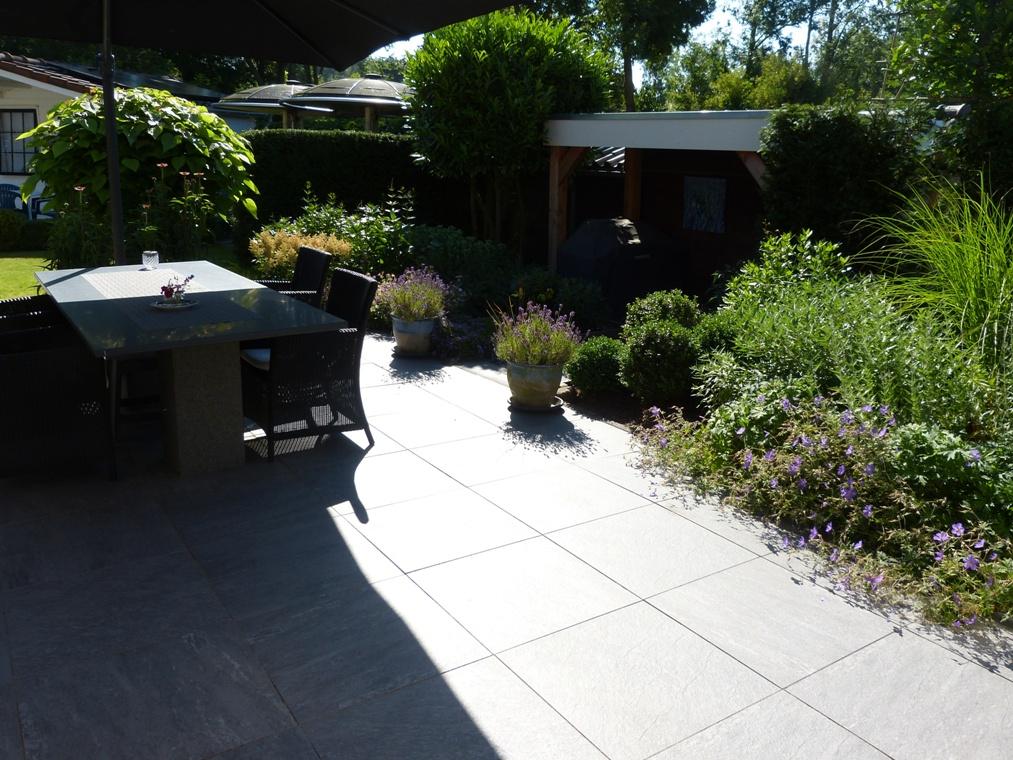 Het terras is opnieuw gelegd met keramische tegels en is flink vergroot.