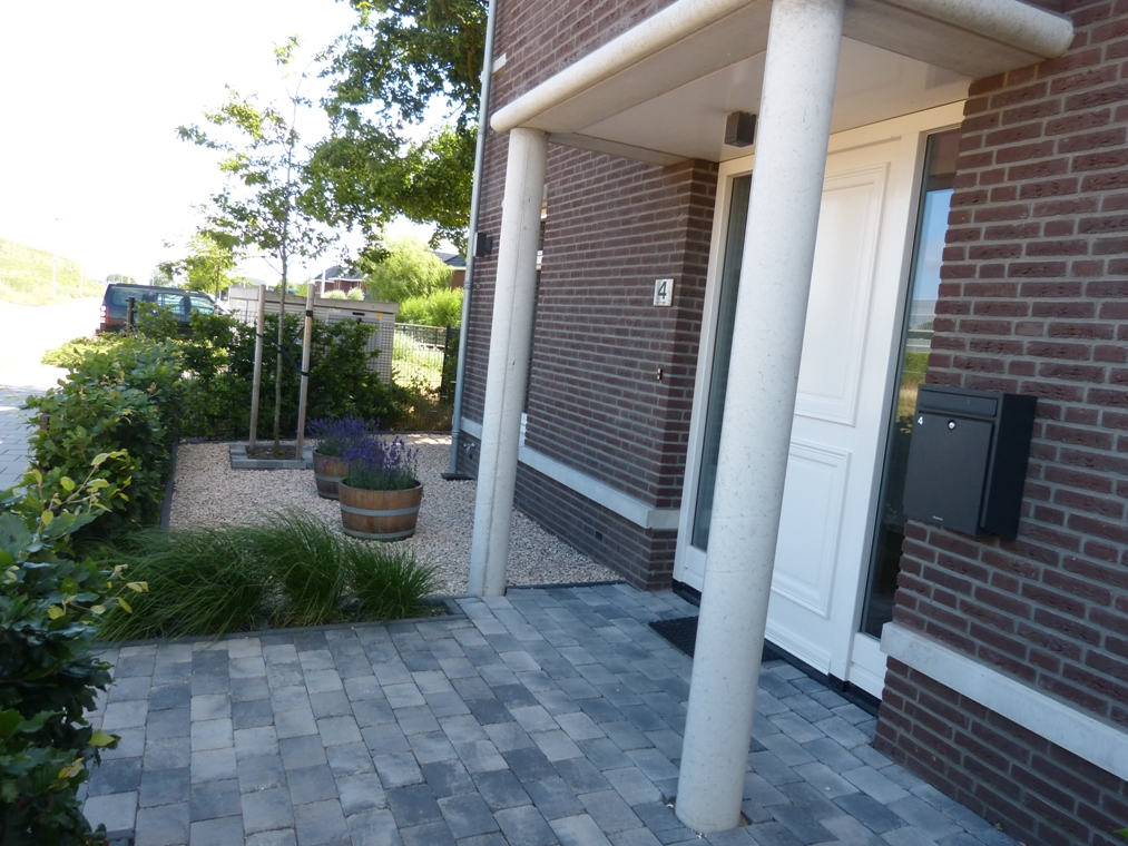 De voordeur met toegang tot de boomgaard aan de andere kant van het huis.