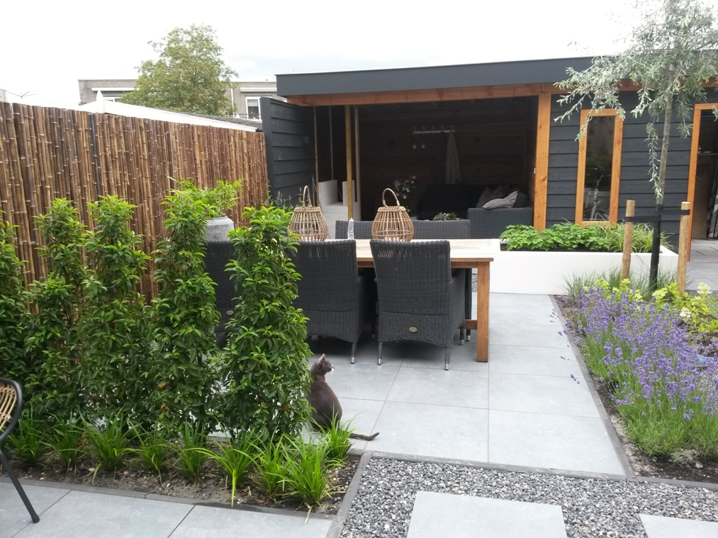 Een strakke tuin in Velserbroek