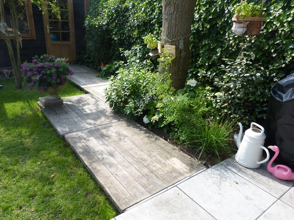 Een pad van steenschotten in de tuin.