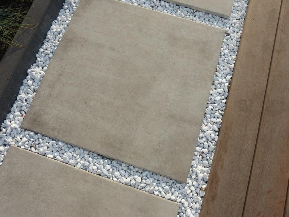 Keramische tegels in wit grind gecombineerd met hardhout.