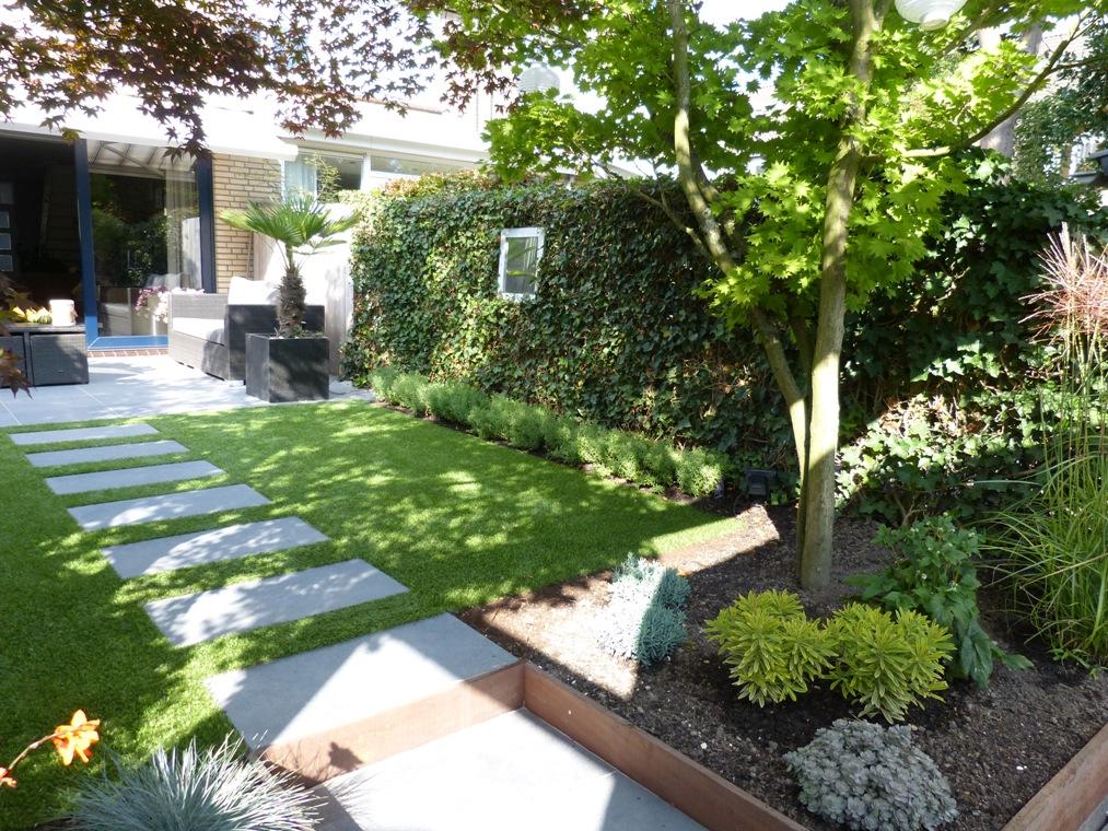 De esdoorns stonden al in deze tuin en zijn behouden gebleven in de borders voor het vlonderterras.