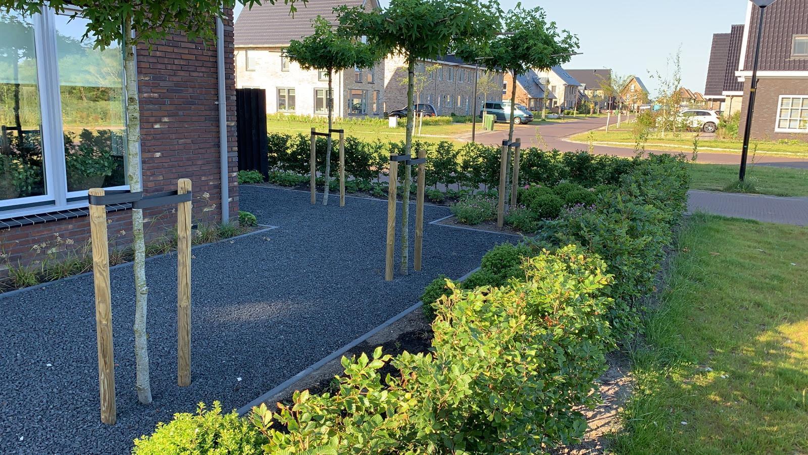 De voortuin met grind en dakbomen past heel mooi bij deze nieuwbouwwoning in Heerhugowaard