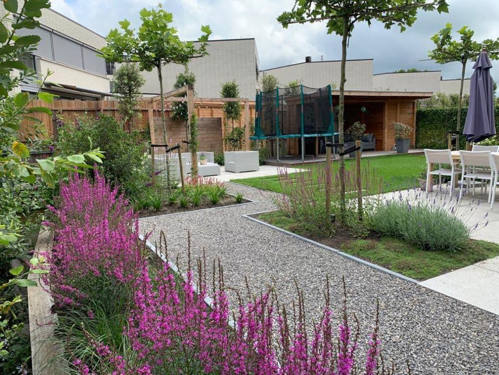 Een strakke tuin met dakbomen in Amstelveen